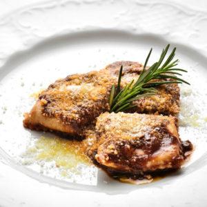Ravioli con ripieno di ricotta e cinghiale, conditi con glassa d'aceto e vino rosso oppure con pomodoro e basilico