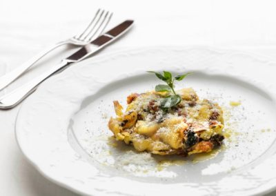 Lasagne alla Boscaiola preparate con salsiccia, funghi e peretta sarda