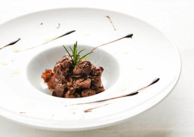 Cinghiale al Cannonau e Rosmarino spesso servito con un crostone di Pane Bistoccu della cooperativa Sardo Sole