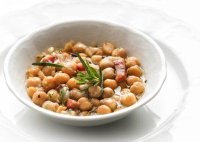 Zuppa di ceci e guanciale fresco aromatizzata con rosmarino ed olio extravergine di oliva