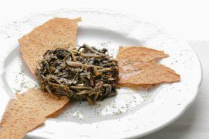 Cicoria selvatica ripassata in padella con aglio e pomodorini uno dei nostri piatti stagionali, servito nel periodo primaverile, fino all'inizio dell'estate