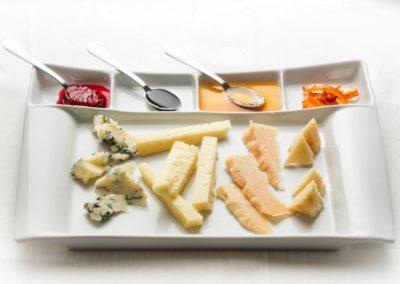 Misto di formaggi  servito con le nostre marmellate o glasse di mirto, arancia, limone, peperoncino, fichi, mele cotogne e miele locale di corbezzolo
